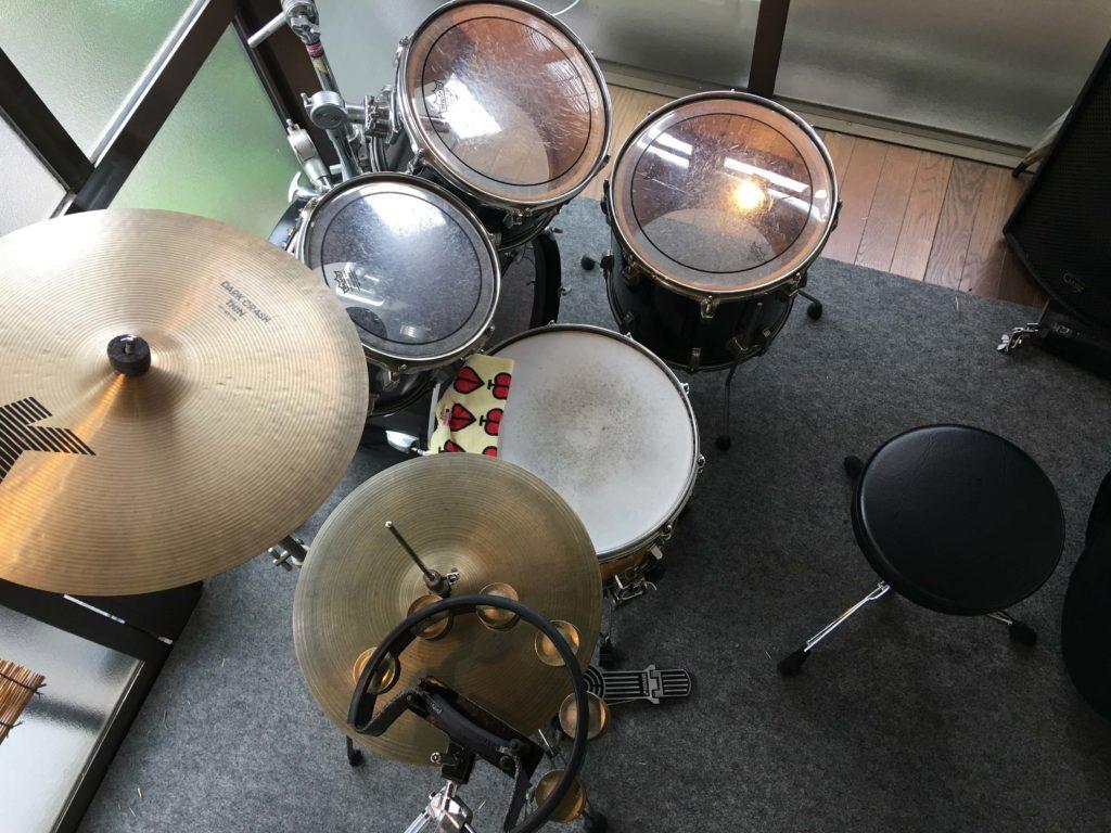 ドラムセットにタンバリンを組み込む